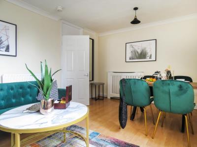 Tudors eSuites 3 Bedroom Duplex Apartment & Parking 1415M
